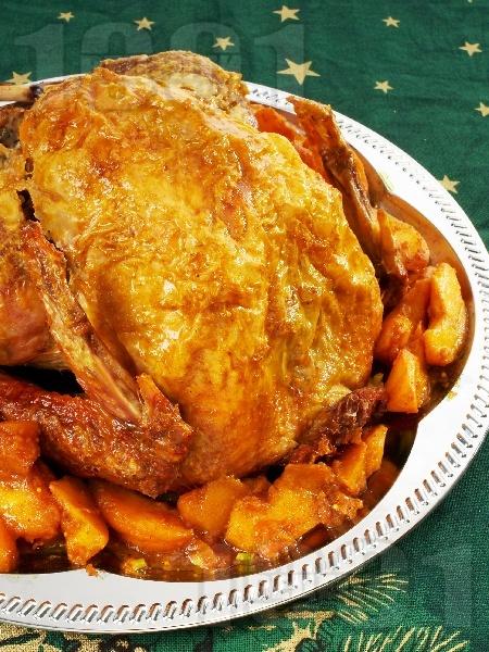 Печена пълнена пуйка с плънка от задушени във вино ябълки, лук и чесън на фурна по австрийски - снимка на рецептата